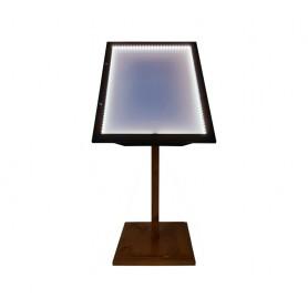 Porte menu LED métal sur pied en bois d'une hauteur de 120 cm. Vitrine de dimensions 68 cm x 50 cm